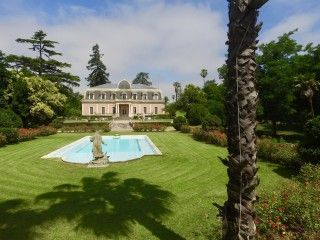 A XIX th C palace with a large botanical garden of centenary trees and equestrian facilities between Madrid and Lisbon